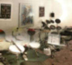 Übungs Drum Sets, Unterrichtsraum, Schlagzeuger, Schlagzeuglehrer, Schlagzeug, Schlagzeugunterricht, Schlagzeugstunden für Kinder, Musikunterricht, Kinderunterricht, Schlagzeug lernen, Drums, Drummer, spielend Schlagzeug lernen, Schlagzeugunterricht in Winterthur, Heimunterricht