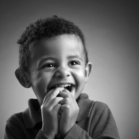 Portrait d'enfant noir et blanc réalisé en studio par Cyril Devauchaux, photographe à Clarensac, dans le Gard