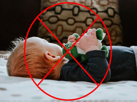 Soft toys or blankets in the cot – comfort or hazard?