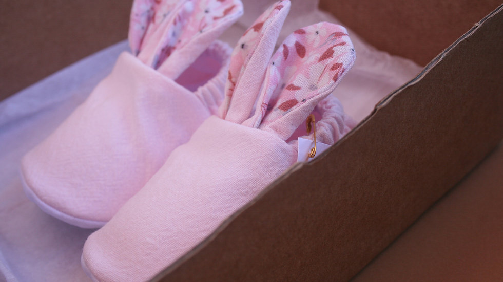 Conejitos rosa con orejas floreadas
