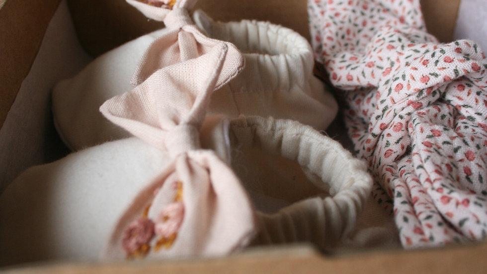Crudo con lazo lino bordado en tonos rosa + diadema Peonía