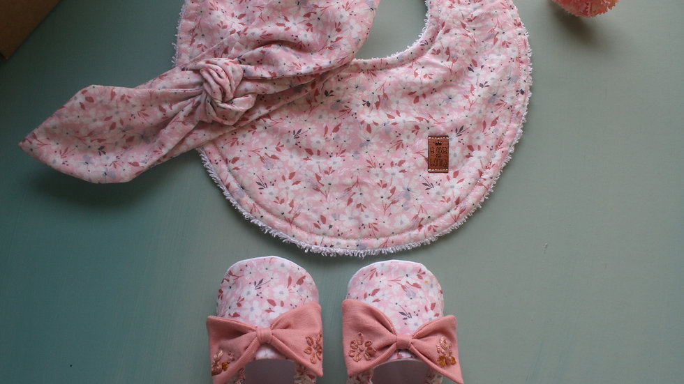 Zapatitos almendro c/lazo bordado rosa viejo + diadema+babero