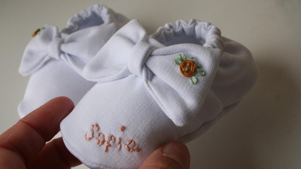 Zapatito blanco lazo bordado flor