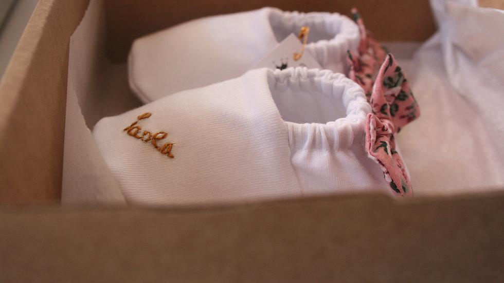 Romantic blanco con lazo pink detrás