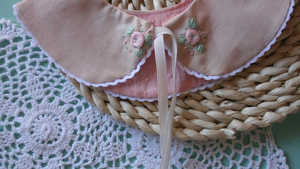 Cuello romantic bordado / plumeti rosa (de qui