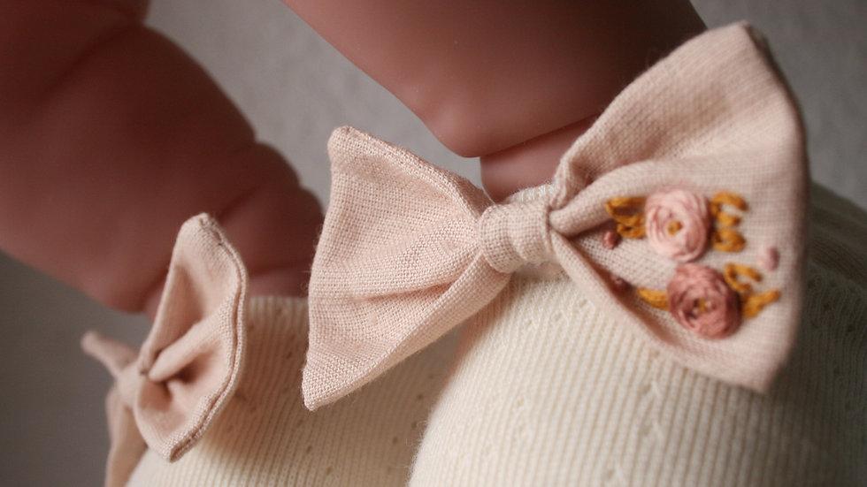 Caladito con lazo lino bordado
