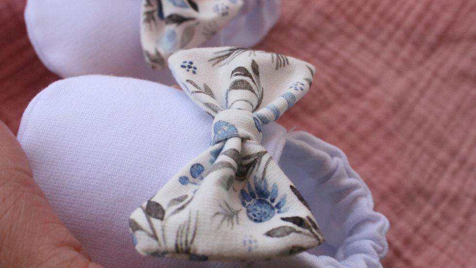 Zapatito blanco con lazo blue flower