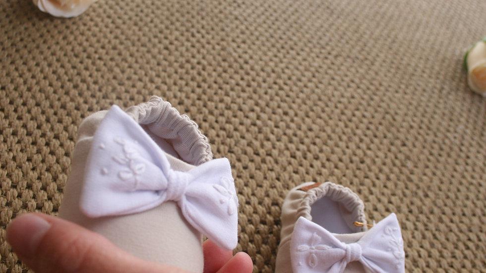 Zapatito arena con lazo WHITE bordado
