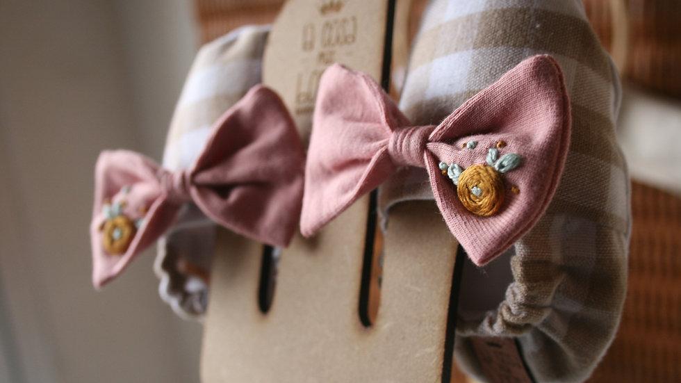 Vichy camel con lazo rosa viejo bordado