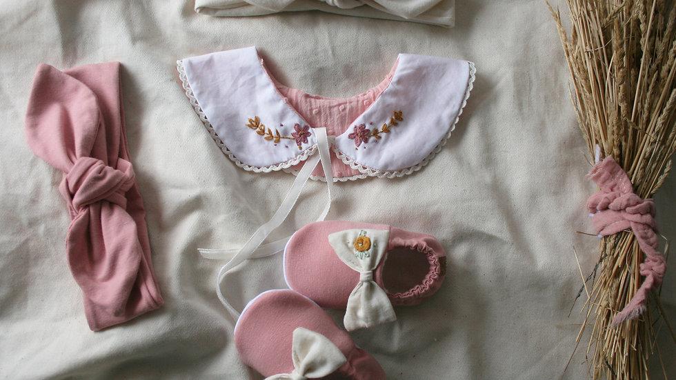 Conjunto  zapatito rosa viejo  lazo crudo bordado + 2 diademas+ cuello bordado