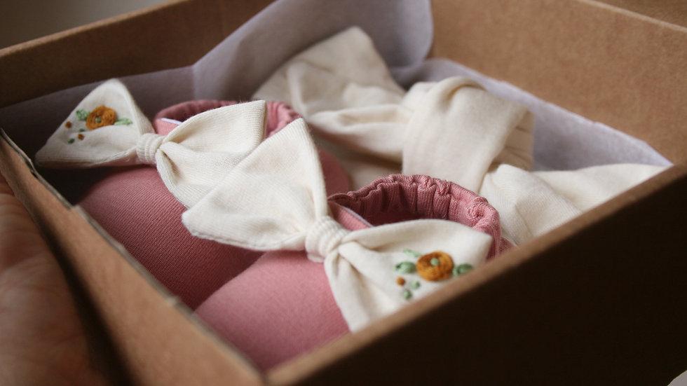 Conjunto rosa viejo lazo crudo bordado (zapatitos + diadema crudo)