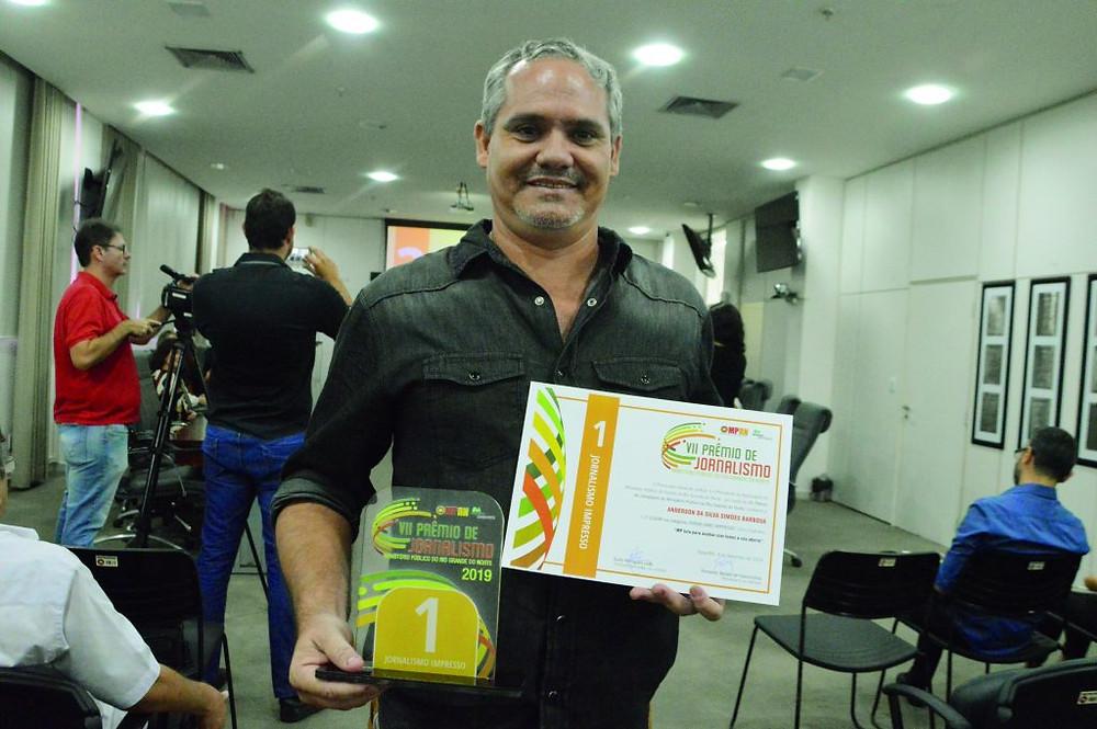 Anderson Barbosa, vencedor na categoria Impresso com matéria sobre lixões
