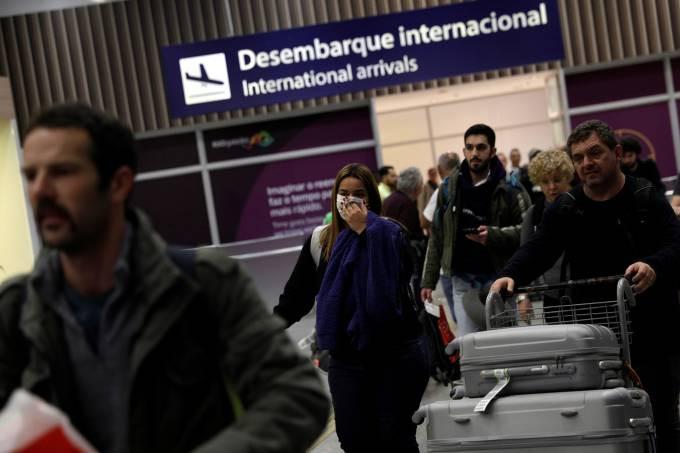 Passageiros usam máscara de proteção no Aeroporto do Galeão, no Rio de Janeiro - 05/03/2020 Ricardo Moraes/Reuters