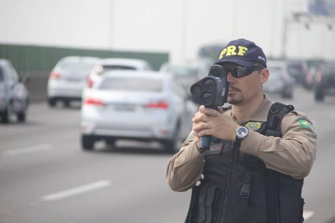 Policial rodoviário utilizando um radar móvel PRF/Divulgação
