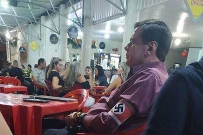 Homem com símbolo da suástica no braço em bar em Unaí, no interior de Minas Gerais Reprodução/Twitter