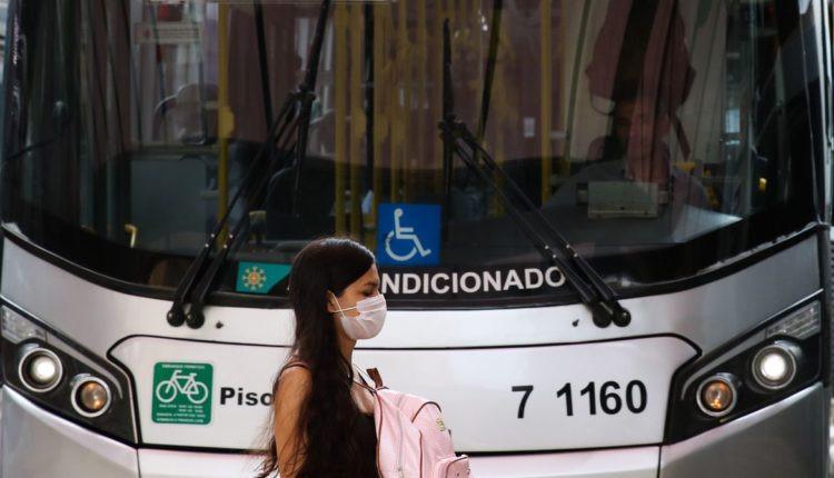 Passageira de ônibus, em São Paulo, utiliza máscara de proteção contra o coronavírus. Foto: Rovena Rosa/ Agência Brasil