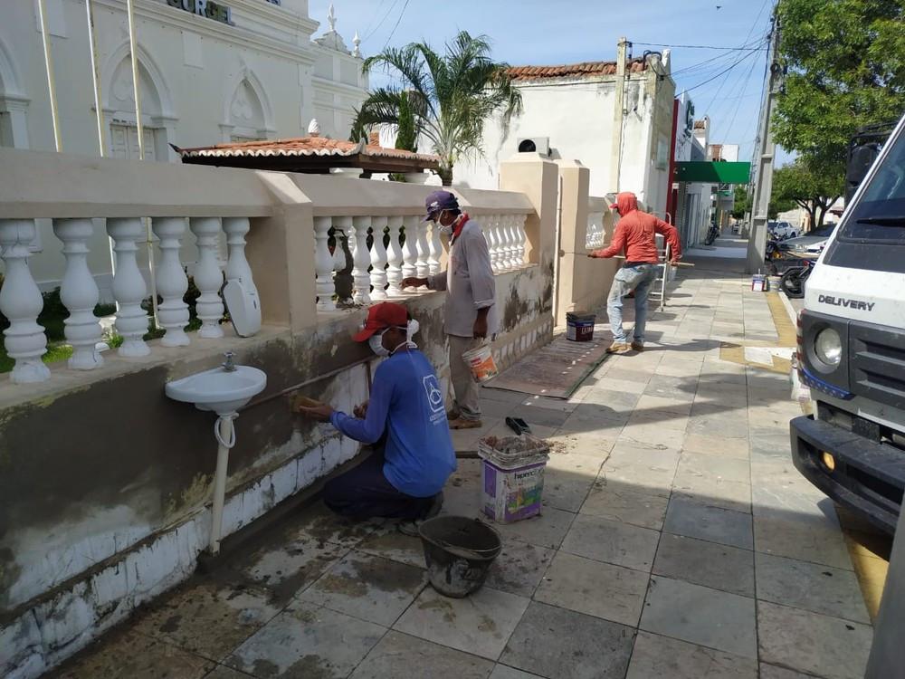 Pias na frente do prédio da prefeitura em Caraúbas — Foto: Prefeitura de Caraúbas/Divulgação