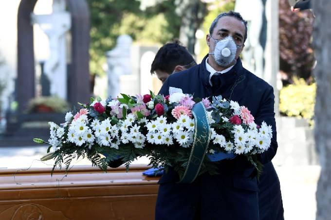 Enterro de vítima do coronavírus em Bérgamo: Exército em ação no recolhimento de corpos e igrejas lotadas de caixões - 16/03/2020 Flavio Lo Scalzo/Reuters