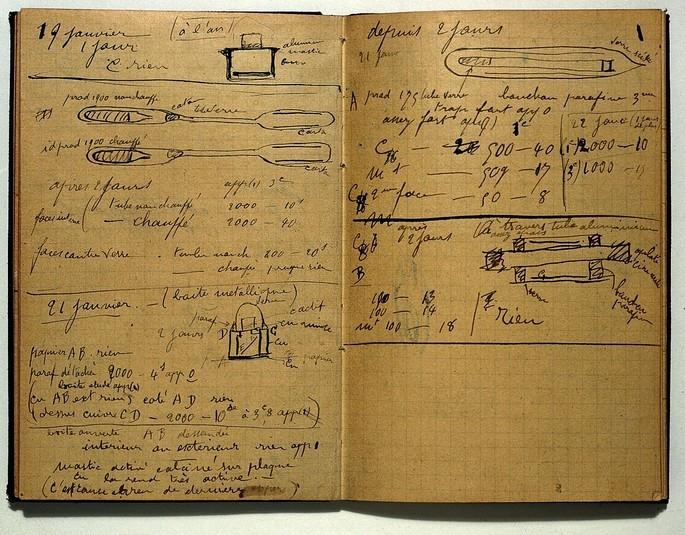 Um dos cadernos da cientista polonesa Marie Curie (1867-1934), a primeira mulher a ganhar o Prêmio Nobel.