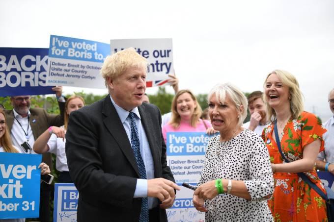 O primeiro-ministro britânico, Boris Johnson, ao lado da ministra da Saúde, Nadine Dorries Joe Giddens/PA Images/Getty Images