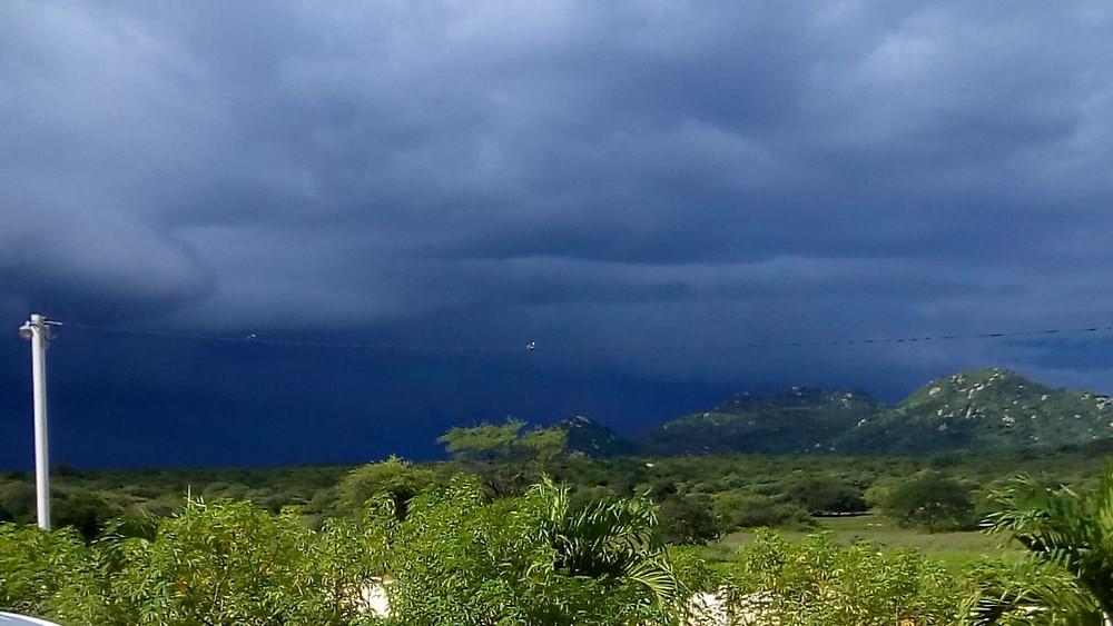 Chuva caindo na cidade de Caraúbas, visto de uma comunidade rural