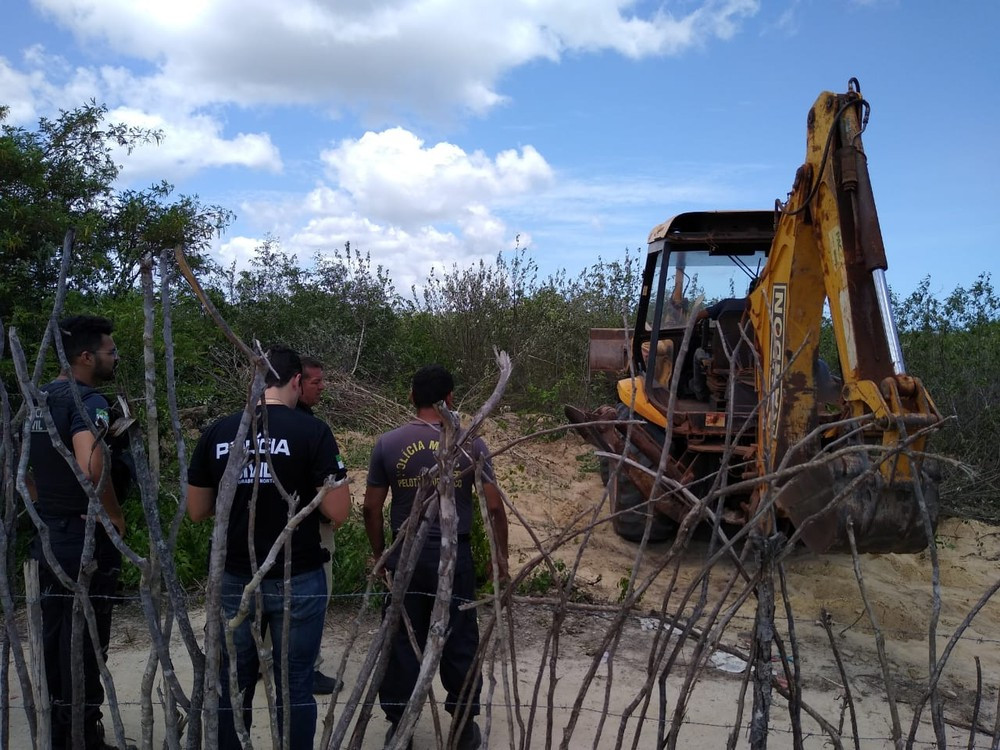 Policiais civis usaram escavadeira para encontrar corpo de homem que foi assassinado em dezembro em São Miguel do Gostoso — Foto: Divulgação/Polícia Civil