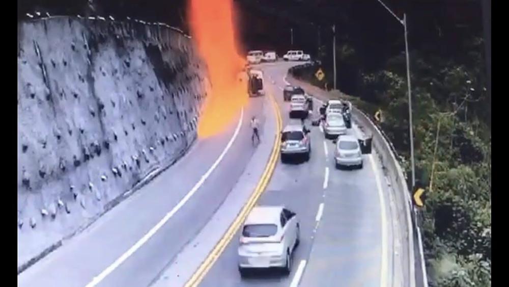 Acidente com caminhão deixa ao menos um morto na Tamoios Corpo de Bombeiros