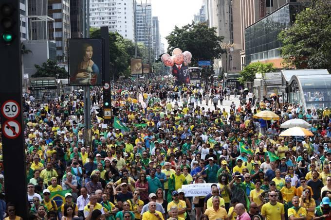 Protesto contra ministros do Supremo Tribunal Federal (STF), na Avenida Paulista em São Paulo (SP), neste domingo (17). Manifestantes acusam ministros de corrupção e são favoráveis a prisão em 2ª instância (Renato S. Cerqueira/Folhapress)