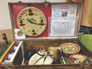 חפצים שונים מתוך מוזיאון במזוודה
