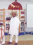 עלמו במופע עם תלבושת מסורתית