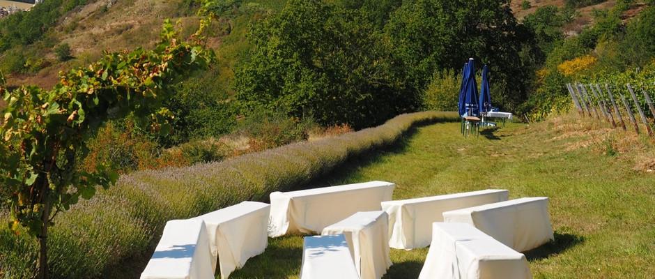 Sitzbänke für die Hochzeitsgäste
