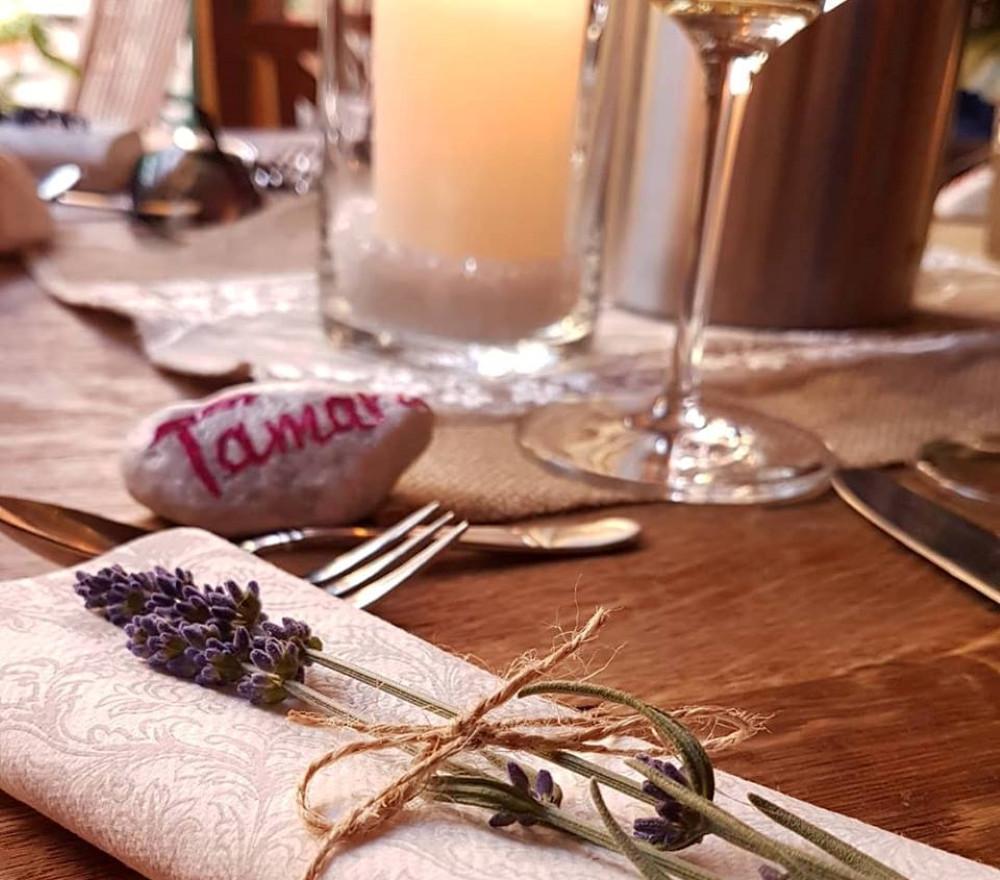 Tischdeko mit Lavendelblüte