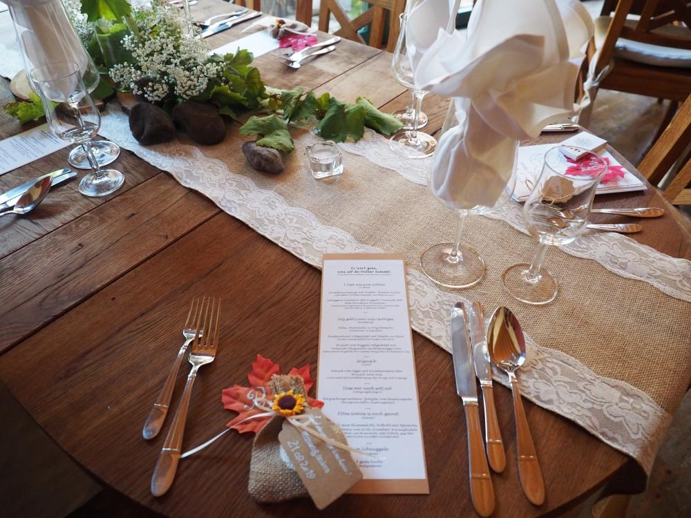 Gedeckter Tisch mit Menükarte