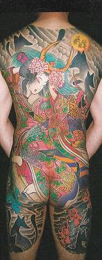 和柄のタトゥーを背中に入れた男性