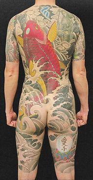 鯉のタトゥーを背中に入れた男性