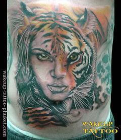 虎と女性の顔のタトゥー
