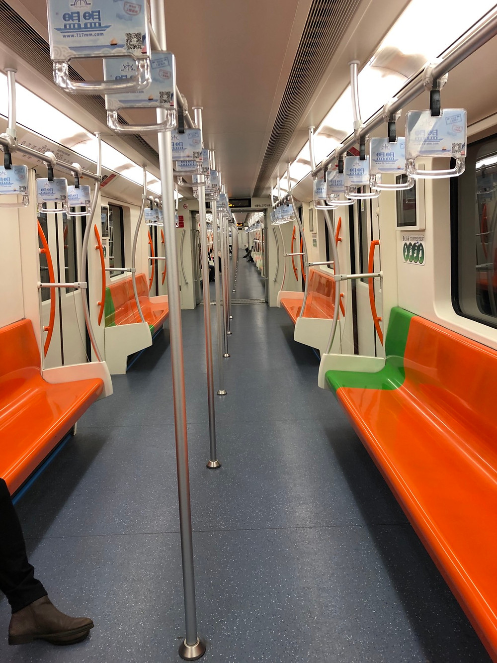 Line 7 on the Shanghai metro was mind blowingly empty at noon on January 28th