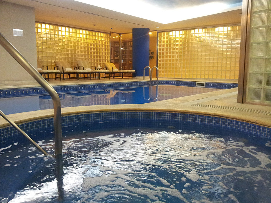 Gimnasio spa piscina y jacuzzi for Gimnasio con piscina