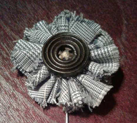 LARUSSO BUTTON FLOWER LAPEL PIN