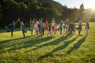 Yoga femmes asanas coucher soleil.jpg