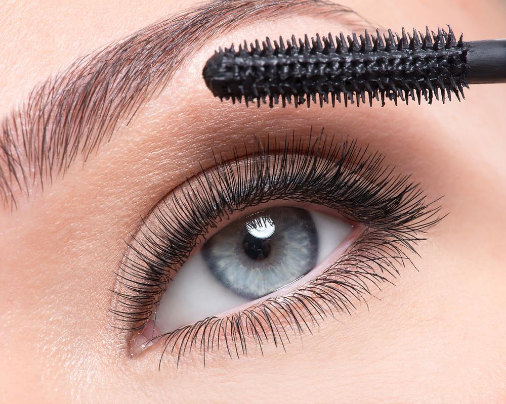 Pestañas marcadas tendencias maquillaje ojos otoño 2021