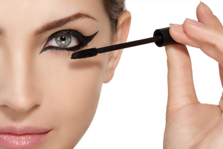 ojo de gato invertido tendencia maquillaje ojos otoño 2021