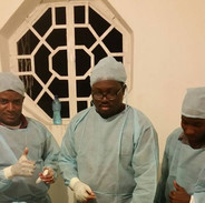 Docteur en train de circoncis un patient