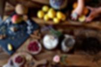 Unser Tisch gedeckt mit den köstlichen Zutaten für unsere Mimis Garden Dattel Kugeln: Mango Kokos Himbeere Zitrone Orange Datteln…