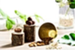 Lasst dich von natürslische Umwelt inspirieren. Holz und Keramik, Kakaosamen, Mandeln und Datteln...