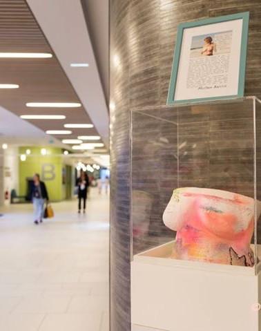 Buste exposé dans le hall de la clinique