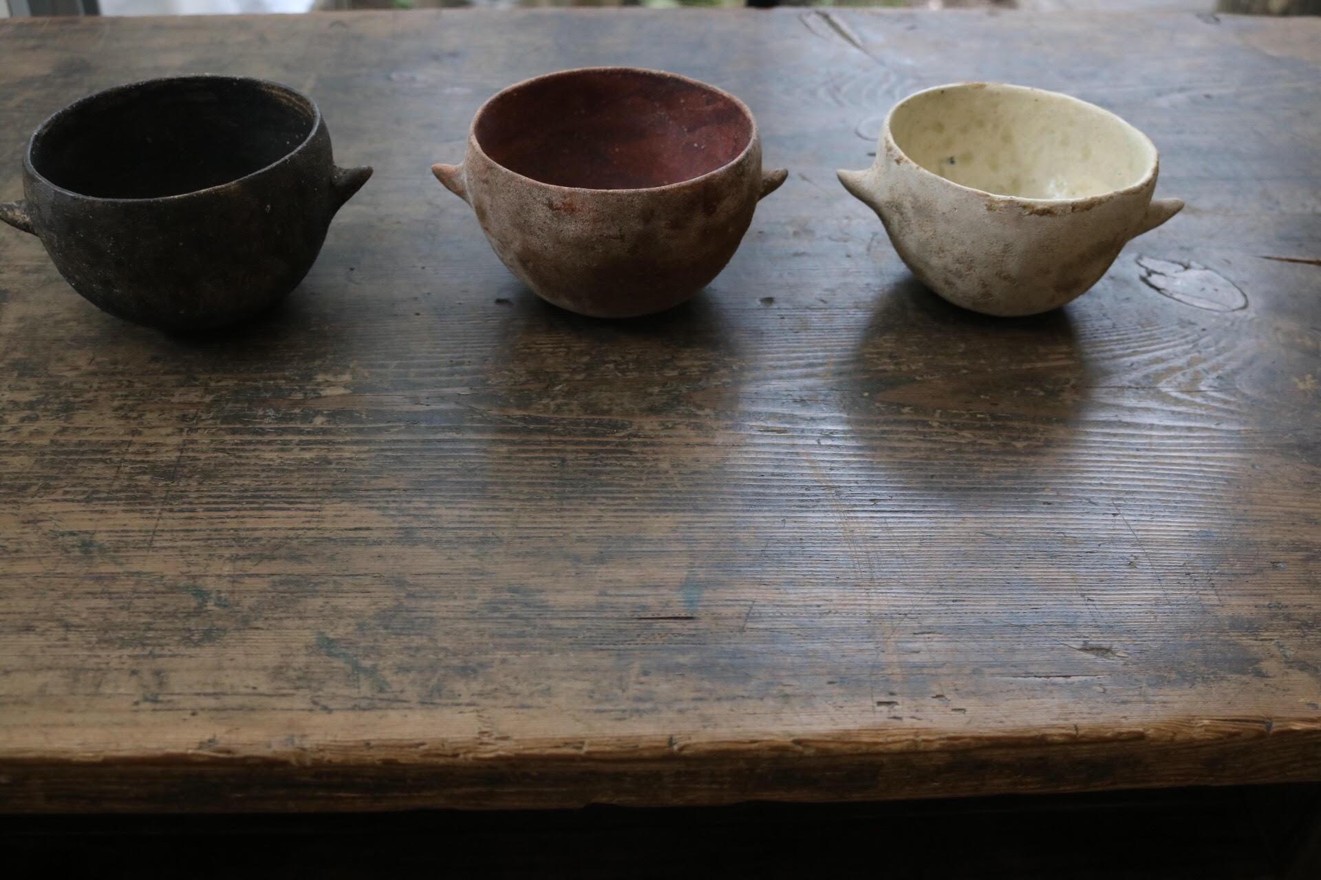 水谷さんの炻器は、表面に色彩を施し焼き締め、独特の質感を表現されています。