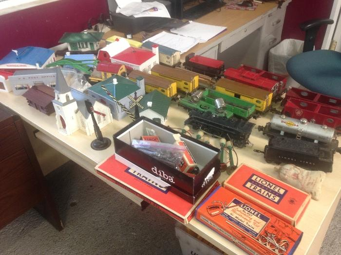 Vintage Lionel Train Set w_accessories