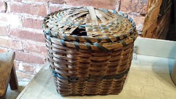 Covered basket with blue