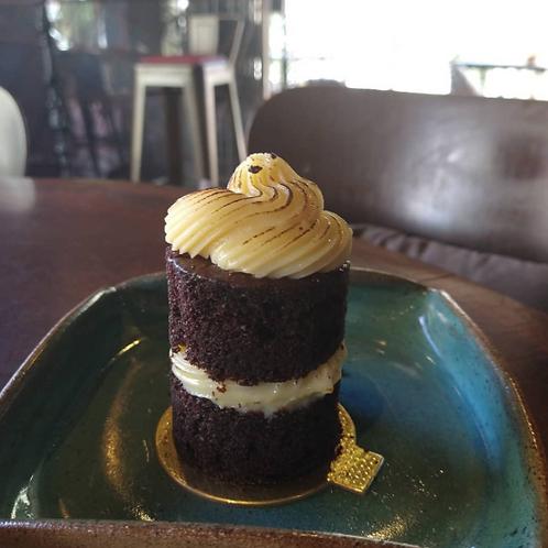Bolo de chocolate com creme brulee